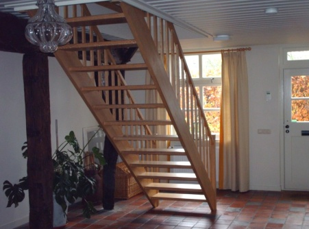 Machinale houtbewerking van een open eiken trap